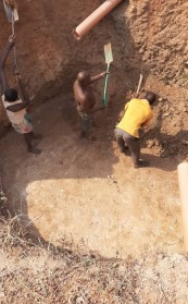 Schwerstarbeit beim Ausheben der Grube für die Biogas-Anlage.