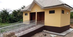 Sanitärhaus mit Rampe